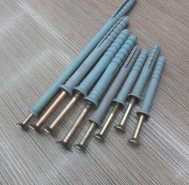 Șurub cu filetare, cu țeavă de expansiune a peretelui plug-plastic montat